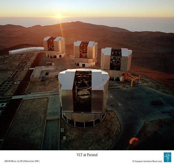 Čtyři 8,2m dalekohledy VLT na observatoři Paranal v Chile.  (Foto – ESO)