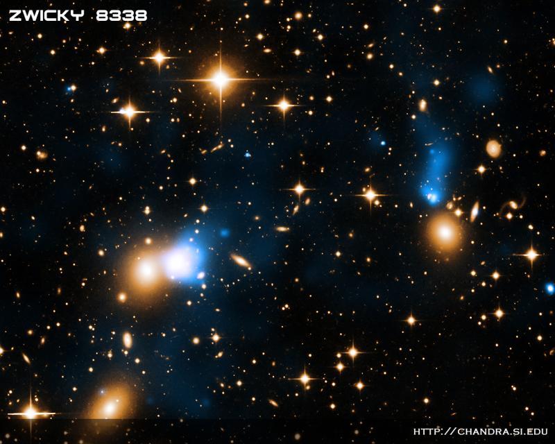 Observatoř Chandra nám poslala Péefko s modrou stužkou. Tu tvoří horkým plyn, který za sebou pozapomněla galaxie poetického jména CGCG254-021. I když by se Vám její stuha mohla zdát titěrná, je to tím, že je od nás 700 miliónů světelných let. Ve skutečnos